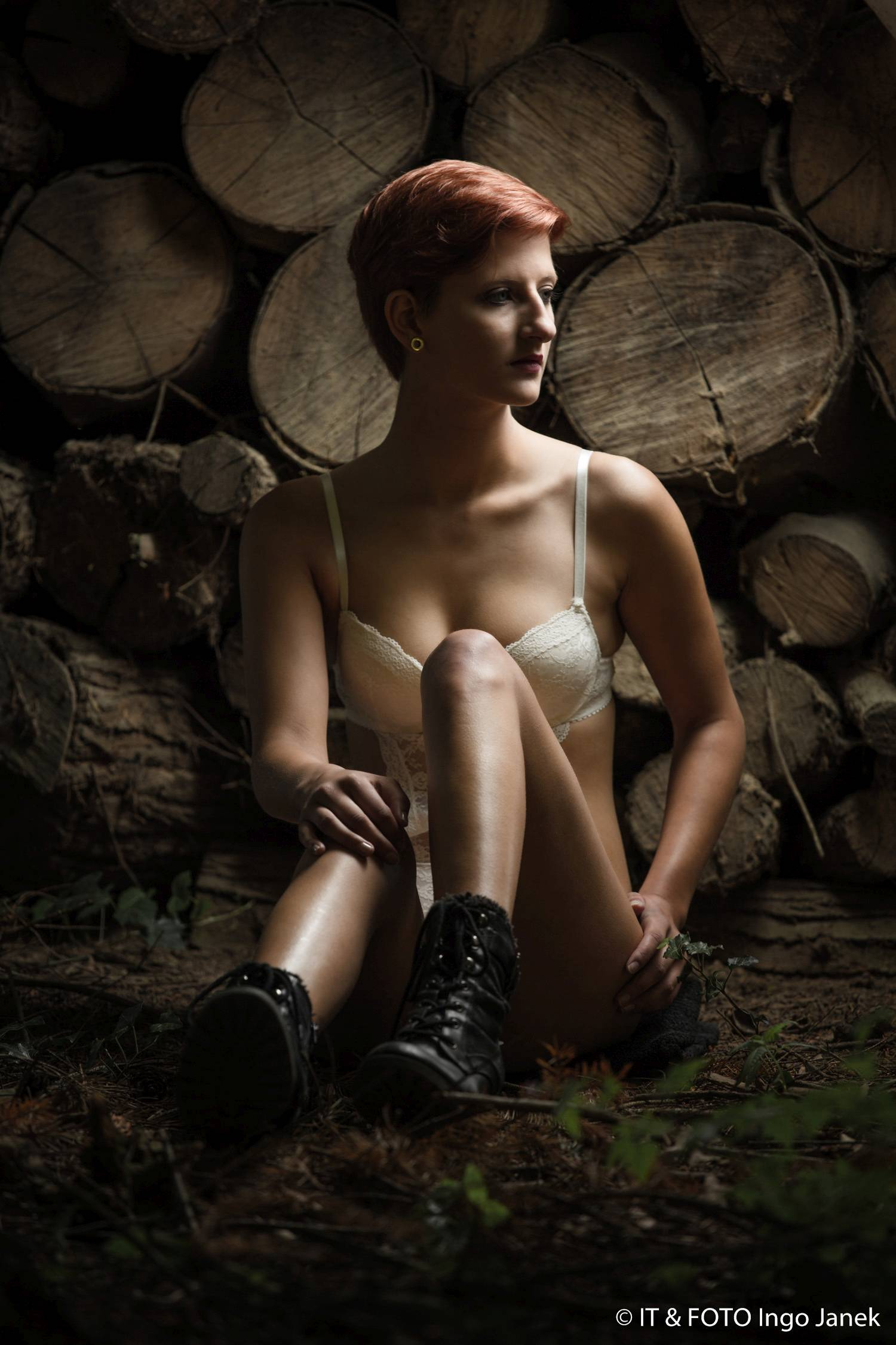 Dessous-Fotoshooting im Wald